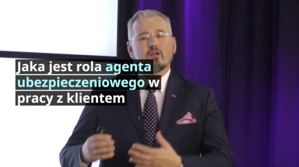 Jaka jest rola agenta ubezpieczeniowego w pracy z klientem